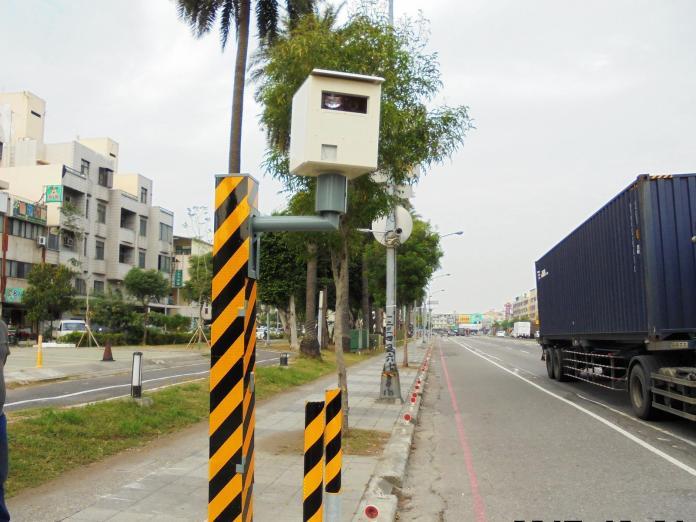 ▲高雄市小港區沿海一路與漢民路口的取締違規照相設備,6月11日起正式啟用。(圖/高市警局提供)