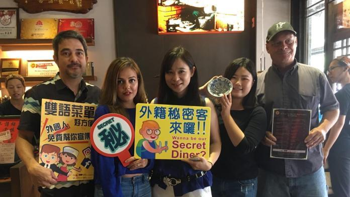 ▲二官辦今日帶著人氣網紅麗紗造訪台南知名的「度小月擔仔麵」。(圖/台南市政府提供,2018.06.11