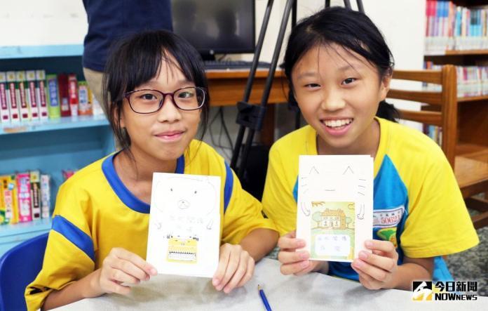 ▲新北市立圖書館推出夏日閱讀季活動,參與的學童展示自己製作的手工書閱讀護照。(圖/記者蔡琇惠攝,2018.06.22)