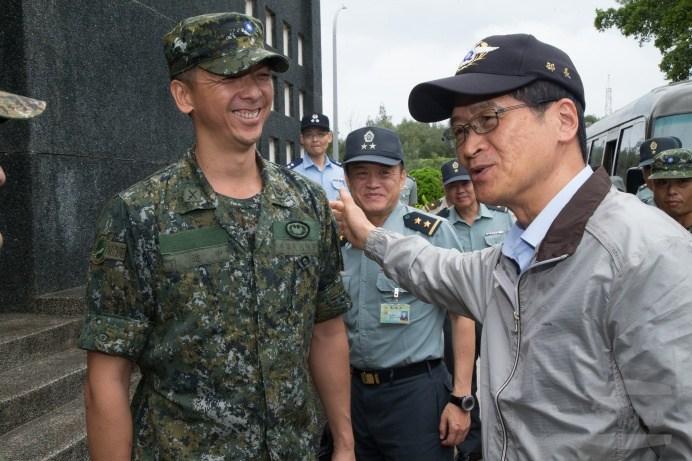 嚴部長23日與金門防區官兵親切互動。(軍聞社記者林澤廷攝)