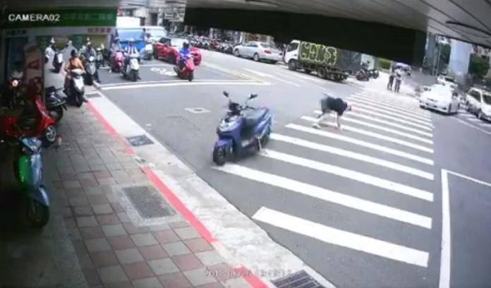 高手在民間!機車騎士擦撞轉彎轎車 「一個動作」驚呆網