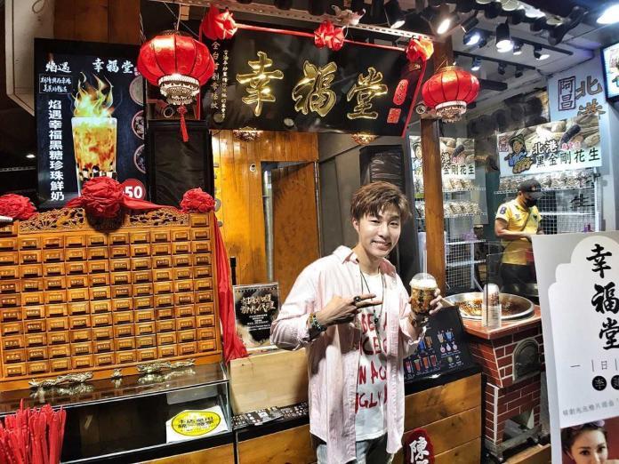 ▲李建軒擔任飲料店一日店長,為粉絲手做珍珠奶茶。(圖/邦寧傳播提供, 2018.06.29)