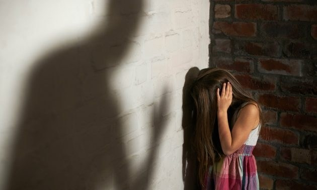 ▲邱姓男子 13 年前酒後痛毆親生女兒「邱小妹」致死,假釋出獄後又涉嫌性侵同居人未滿 14 歲的女兒,二審遭判 10 年徒刑。(示意圖/ NOWnews 資料照)