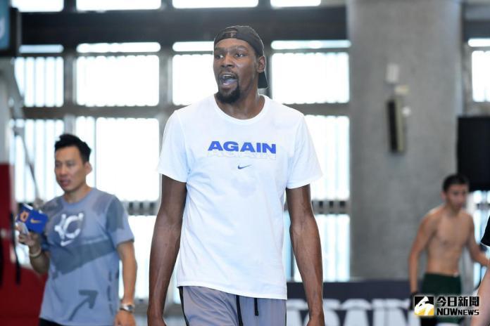 ▲Kevin Durant來台指導松山高中籃球隊。(圖/記者林柏年攝,2018.7.9)