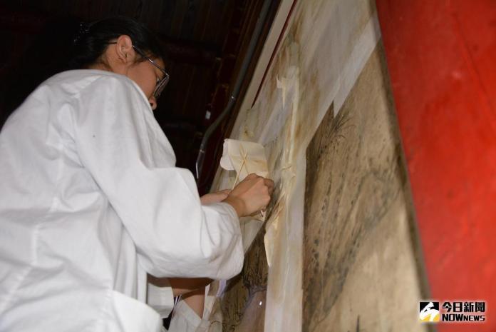 ▲南藝大修復團隊正在修復破損較嚴重的「八駿馬」。(圖/記者郭政隆攝影2018.7.10)