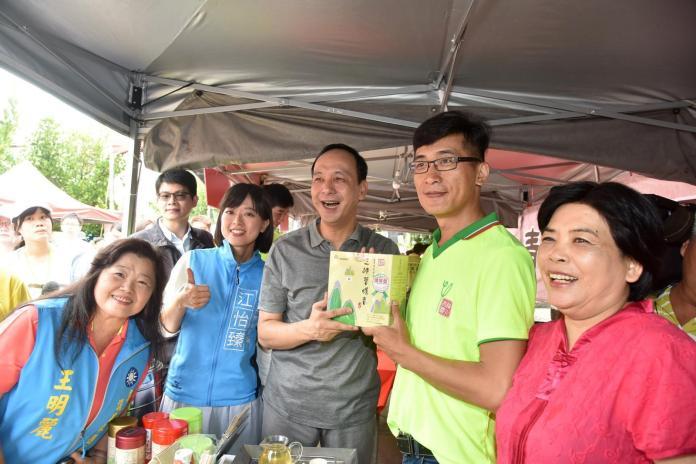 朱立倫行銷三峽 邀民眾喝茶、吃筍、尋好蜜