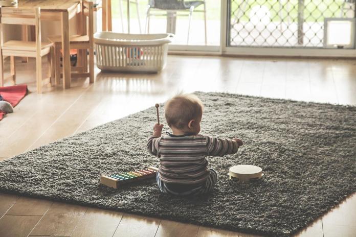 ▲一名單身、獨居的男網友遭鄰居投訴家裡有小孩哭鬧,讓他納悶又生氣。(示意圖/pixabay)