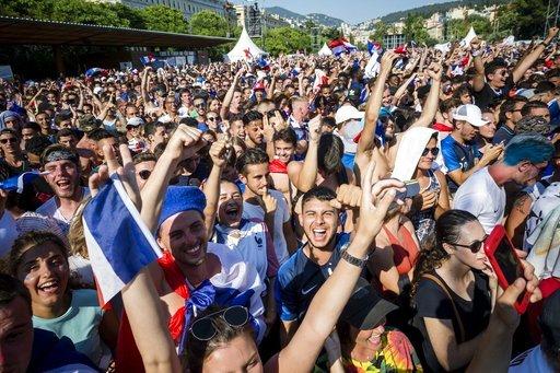 世足/法國睽違20年奪冠大遊行 數十萬人迎接英雄