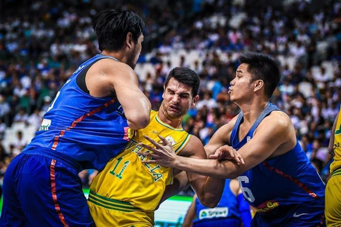 ▲世界盃籃球亞太區預賽,菲律賓和澳洲報群架。(圖/取至FIBA官網)