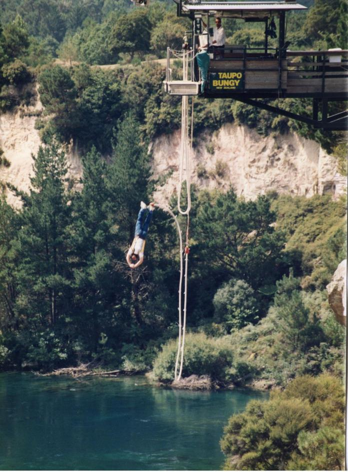 ▲蘇貞昌表示,自己曾經到全世界最著名的紐西蘭高空彈跳,從最高的地方往下跳的一剎那,還大聲喊出對太太的感情!(圖/蘇貞昌辦公室提供)