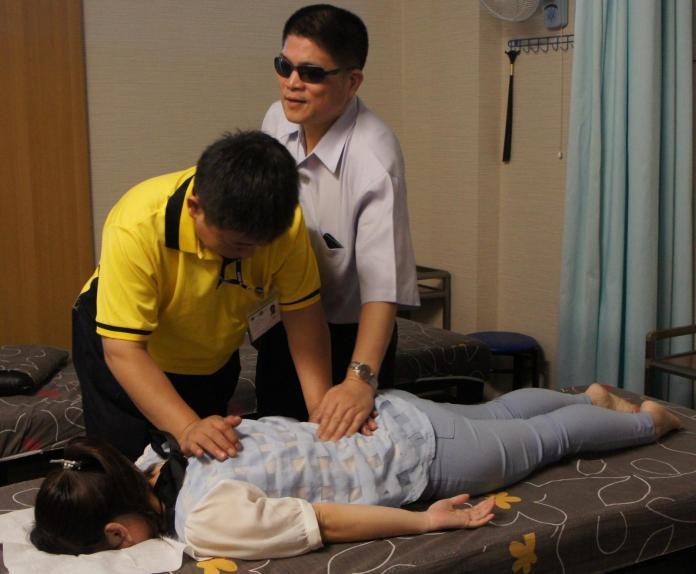 工安意外致盲      半年職訓助他成紅牌按摩師