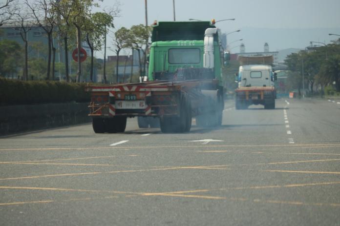 ▲環保局長蔡孟裕表示,老車只要能符合排放標準,即可在道路上暢行無阻。(圖/高市環保局提供,2018.07.28)