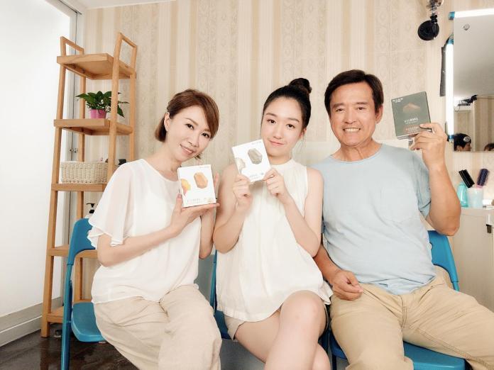 ▲李翊君(左一)、資深演員檢場(右一)與女兒香奈兒一起拍攝廣告。(圖/艾迪昇傳播提供