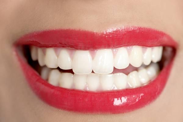 ▲一般而言國人特有的微笑曲線和黃金比例,是上排露出約10顆牙齒,牙齦則微露1至2釐米的笑容最剛好。(圖/ingimage)