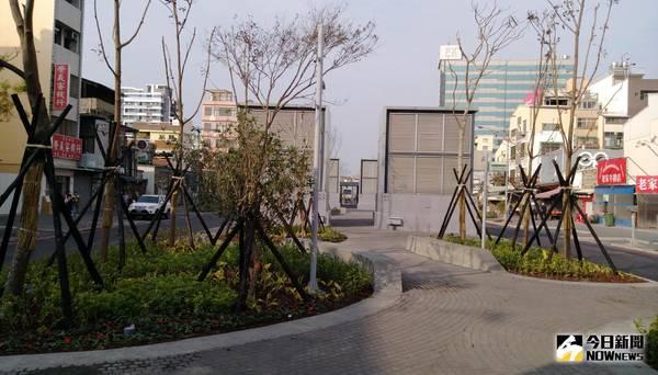 海安路景觀改造已展現初步成果,綠蔭植栽視野開闊,中軸帶更增加許多廣場空間,夜間照明光氳優美,提供良好活動及休憩場所。(圖/都發局)