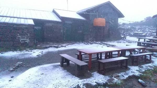 ▲日本北海道 17 日凌晨降下初雪,是 44 年來最早的初雪紀錄。(圖/翻攝自「大雪山層雲峡・黒岳ロープウェイ」 , 2018.08.17)