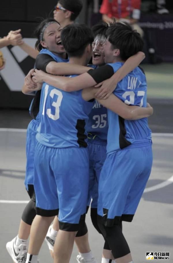 ▲中華3對3女籃8強賽擊敗南韓開心相擁。(圖/取至雅加達亞運官網)