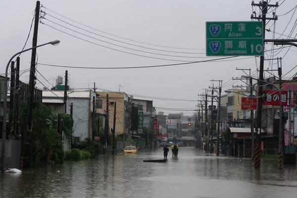 823豪雨炸脆弱大地 龍應台:我們政府還拿著<b>剪刀</b>