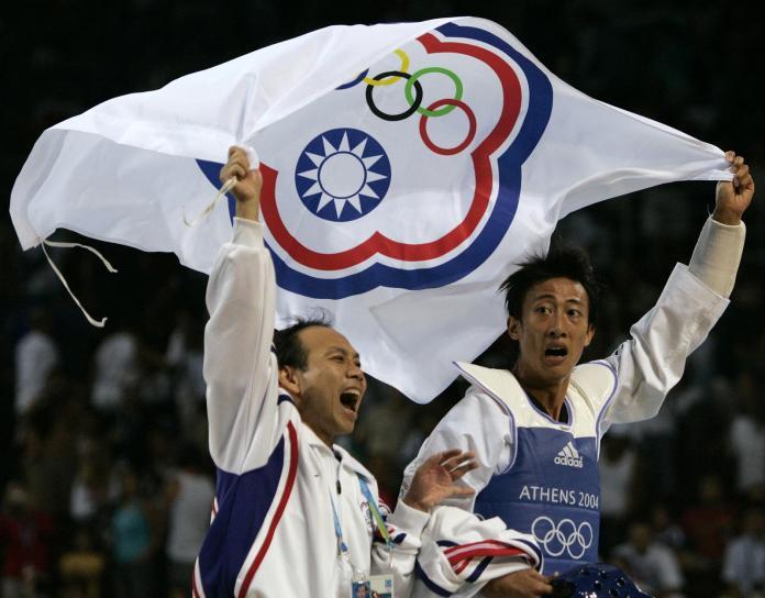 ▲中華奧會旗由前奧運國手翁明義所設計。照片人物為2004雅典奧運跆拳道金牌得主朱木炎(右)。(圖/美聯社)