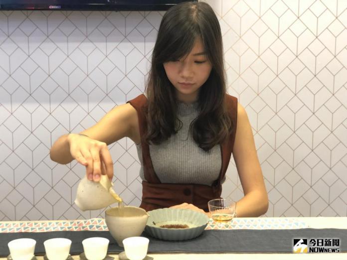 ▲台灣美食展除了特色美食外,還有美女茶師教你品茗。(圖/記者陳致宇攝 , 2018.08.10)