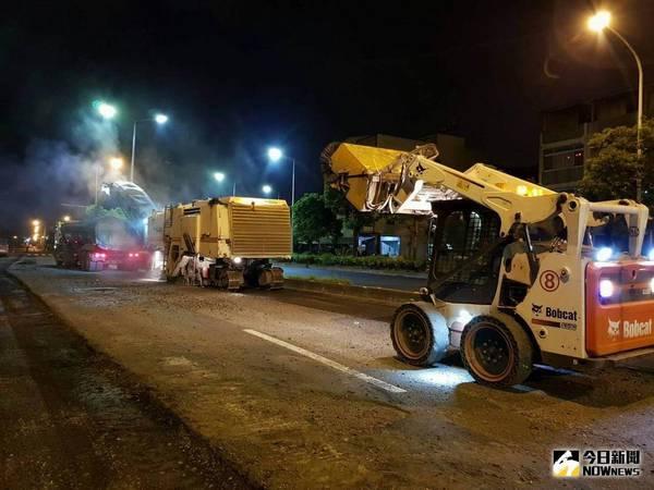 ▲連日趕工,工務局挑燈夜戰加足馬力修補道路。(圖/高市工務局提供)