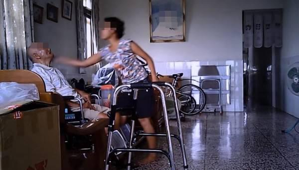 <b>外籍看護</b>狂虐老翁!巴頭飛踢無力反抗 影片曝光好心痛