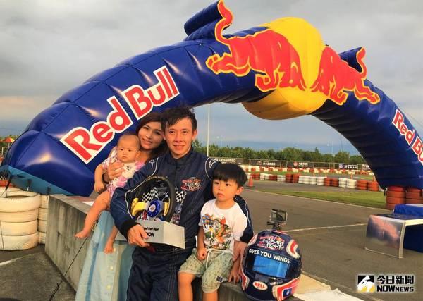 ▲第二屆「Red Bull卡丁車大賽」冠軍羅俊耀和家人。(圖/鍾東穎攝 , 2018.09.01)
