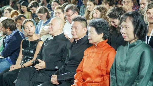 ▲李康生(前排右三)和母親(前排右二)一起參加首映。(圖/汯呄霖電影,2018.09.01)