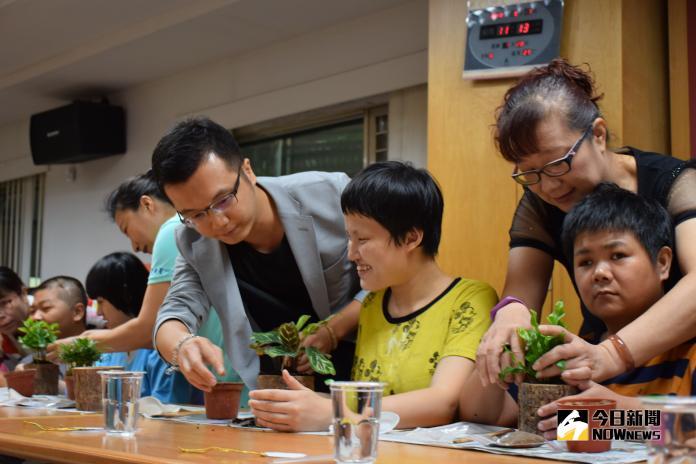 慢飛天使家族在所屬的8家啟智機構辦理一場友善企業贊助結盟會,透過綠色植栽體驗讓慢飛天使的身心靈得到療癒。(圖/記者陳雅芳攝,2018.09.07)