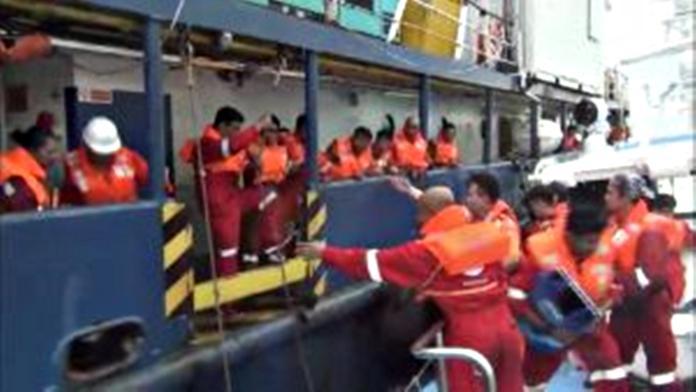 ▲海巡艦艇破浪急救援遇難工作船。(圖/海巡署提供,2018.09.09)