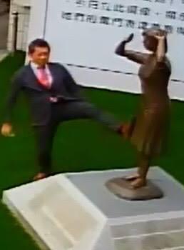 ▲藤井實彥到台南與黨部主委討論慰安婦議題,事後卻被發現做出以腳踹銅像不敬之舉。(圖/翻攝自謝龍介臉書)