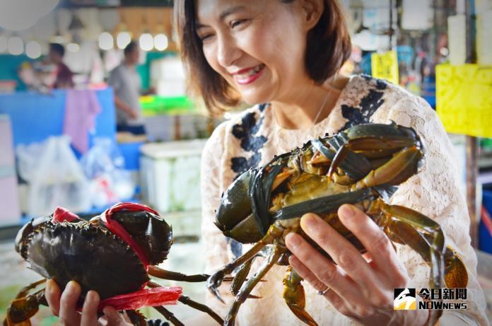 觀光局長曾姿雯於高雄海線潮旅行活動中大啖新鮮魚貨笑開懷。(圖/高市觀光局提供)