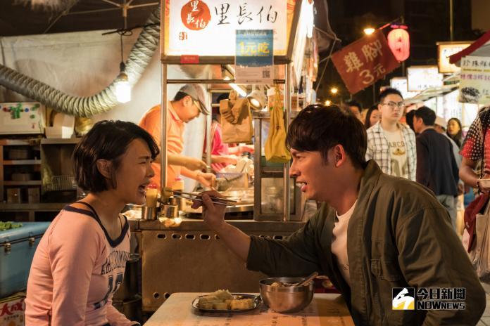 溫昇豪(左)在《雙城故事》中帶曾珮瑜吃遍夜市美食。(圖/青睞影視提供)