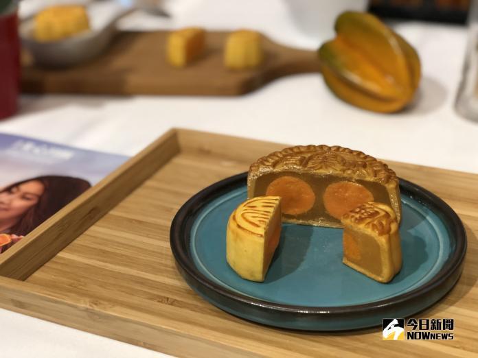 <br> ▲黃白蓮蓉月餅蟬聯 20 年銷售冠軍,是香港道地的廣式月餅滋味。(圖/記者陳致宇攝)