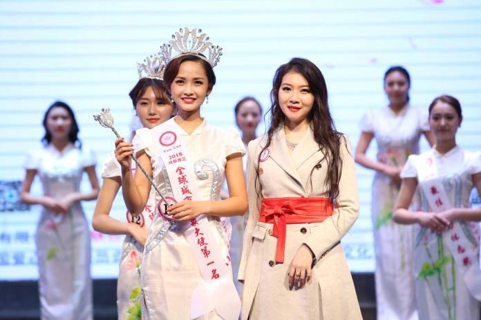 高嘉璘(右)頒獎給成都賽區城市佳麗第一名何玉潔。(圖/全球城市小姐選拔大賽,2018.09.11)