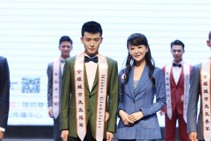 大賽創辦人張如君(右),頒獎給成都賽區城市先生第一名李建偉。(圖/全球城市小姐選拔大賽提供,2018.09.11)