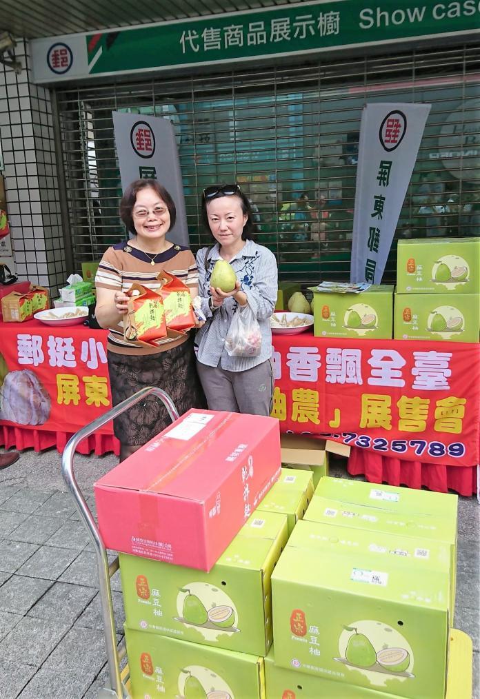 ▲ 「郵挺柚農」展售會,試吃民眾表示本土柚子的品質真的有夠讚。(圖/屏東郵局提供)