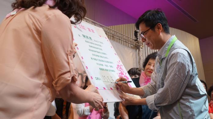 ▲陳其邁在現場2000多位「姐妹們」的見證下,簽下「DPP姊妹幫」誓言。(圖/記者蔡佳宏翻攝,2018.09.13)