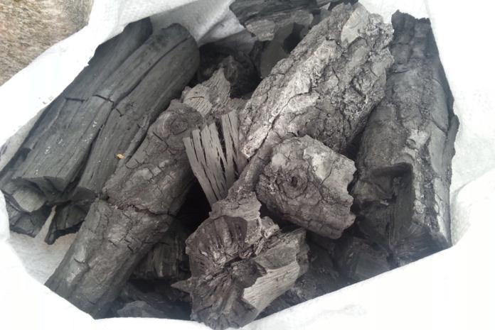 ▲木炭也有同樣的功能,木炭上面有著無數孔洞,這些孔洞有很強的吸附功能,能夠幫助除去鞋子的異味和濕氣。(圖/翻攝自 all.biz)