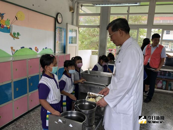 學童要把菜吃光光