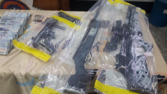 ▲劉嫌住處所查獲的K-G9衝鋒槍。(圖/記者郭凱杰攝,2018.09.20)