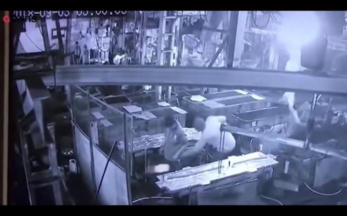 影/奪命惡作劇!主管壓縮氣槍爆菊 員工搶救15日仍慘死