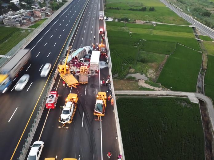 ▲國道 3 號北上苗栗路段,25 日下午發生連環車禍,造成多人受傷。(圖/社會中心翻攝)