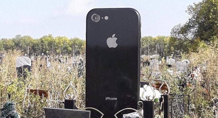 ▲ 黑色的 iPhone 6 墓碑在墓園中特別顯眼。(圖/翻攝自vk)