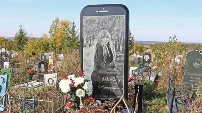 ▲ 螢幕上顯示的是莉塔生前的照片。(圖/翻攝自vk)