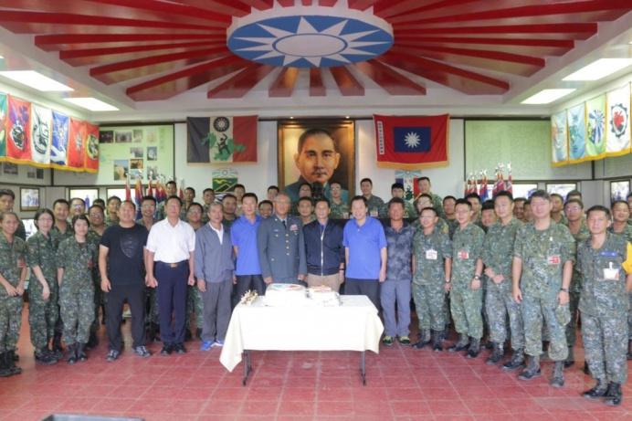 ▲ 指揮官陳少將與地方仕紳代表在隊史館合影。(東引地區指揮部提供)