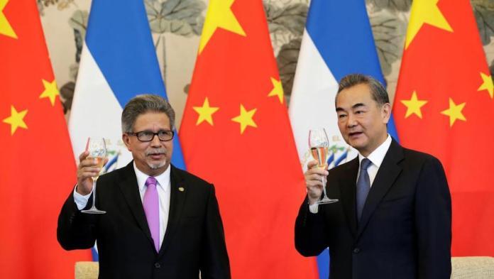 ▲薩爾瓦多 8 月 21 日宣布與台灣斷交,迅速與中國大陸建交。圖為中國大陸外交部長王毅(圖右)與薩爾瓦多外長卡斯塔尼達(圖左)。(圖/翻攝自路透社)