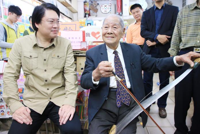 林右昌探訪百歲人瑞 長壽秘訣規律、開心過生活