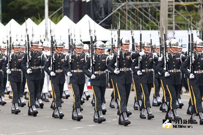 107年國慶大會,三軍儀隊擔任序幕暖場演出。(圖/記者葉政勳攝,2018.10.10)