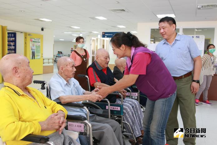 謝市長敬老訪百歲榮民2